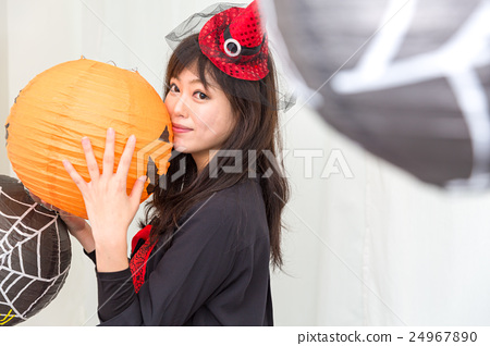 A woman who costumes a Halloween surrounded by a lantern 24967890