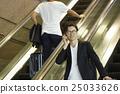 공항에서 출발을 기다리는 남자 25033626