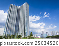 초가을의 맑은 푸른 하늘과 초록과 타워 아파트 25034520