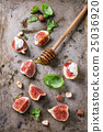 Figs with ricotta and honey 25036920