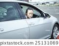 女性 檢查 車輛 25131069