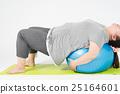균형 공에서 훈련을하는 뚱녀 25164601