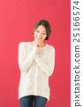 흰색 스웨터 여성 (빨간색 배경) 25166574