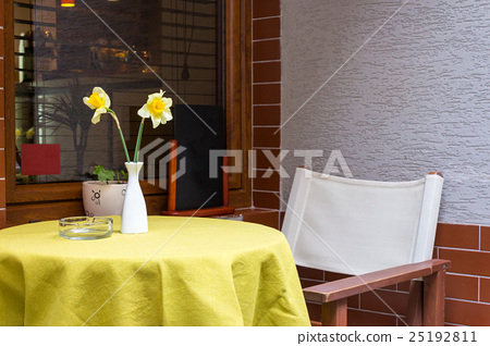 Narcissus flower in a vase  in a cafe 25192811