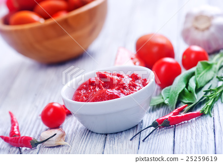 tomato and sauce 25259619
