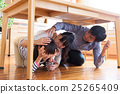 테이블 아래로 대피하는 가족 25265409