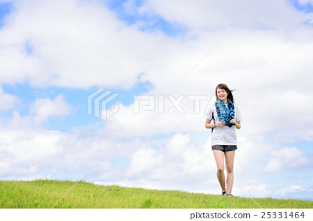 山丘 一個年輕成年女性 女生 25331464