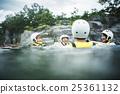 男人 漂浮的 向下游前進 25361132