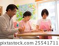 在養老院的要求室享受摺紙的老年人和年輕護理員 25541711