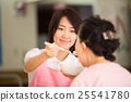 A nursing care worker who helps meals 25541780