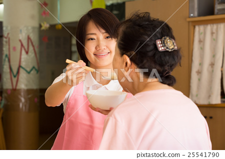 식사 시중을하는 젊은 여성의 개호 복지사 25541790