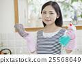 清洗煤氣爐的婦女 25568649