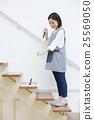 使用樓梯地板刮水器的婦女 25569050