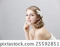 เจ้าสาวงามยิงแต่งหน้าสีขาวหญิงธรรมชาติ 25592851