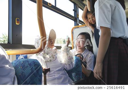 與公交奶奶奶奶交談的初中女生 25616491