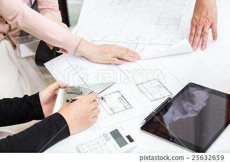 주택의 설계 도면을 확인하는 사람들 25632659