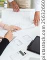 주택의 설계 도면을 확인하는 사람들 25632660