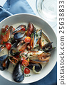 Steamed mussels in white wine sauce 25638833