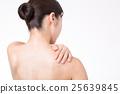 어깨 결림을 풀어주는 젊은 여성 25639845