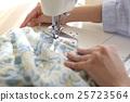 집에서 양재를하고있는 여성 25723564
