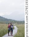 女人徒步旅行 25765193