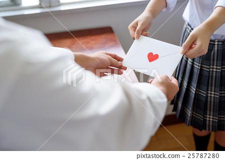 고백 교실 창문에서 연애 편지를 가진 고교생 학생 25787280