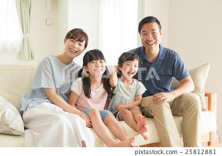 微笑的四口之家人 25812881