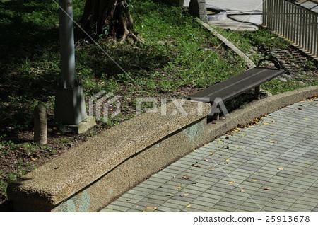公園裡的椅子 25913678