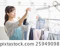 ผู้หญิงที่แขวนเสื้อผ้า 25949098