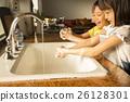 姐姐和弟弟 预防感冒 洗手 26128301