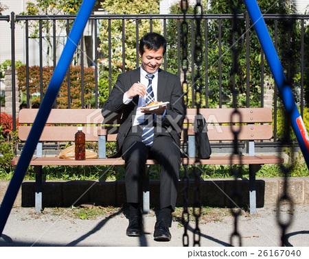 在公園吃便利盒午餐的中間商人 26167040