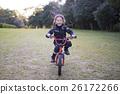 자전거를 타고 경찰의 의상을 입은 소녀 26172266