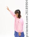 提高她的手的煙霧形狀的一個女孩 26189964