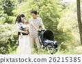 공원에서 산책하는 아기와 부모 26215385