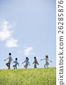 นักเรียนระดับประถมศึกษากำลังเดินไปตามหญ้าและครู 26285876