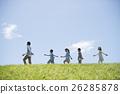 นักเรียนระดับประถมศึกษากำลังเดินไปตามหญ้าและครู 26285878