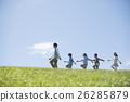 นักเรียนระดับประถมศึกษากำลังเดินไปตามหญ้าและครู 26285879