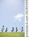 นักเรียนระดับประถมศึกษากำลังเดินไปตามหญ้าและครู 26285909