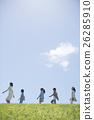 นักเรียนระดับประถมศึกษากำลังเดินไปตามหญ้าและครู 26285910