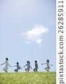 นักเรียนระดับประถมศึกษากำลังเดินไปตามหญ้าและครู 26285911