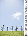 นักเรียนระดับประถมศึกษากำลังเดินไปตามหญ้าและครู 26285912