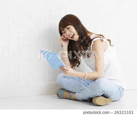 태블릿 여성 젊은 여성 미소 넷 쇼핑 통신 교육 통신 판매 대학생 라이프 스타일 26321101