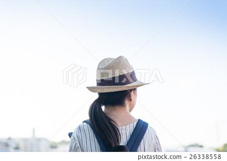 산책하는 여성 26338558