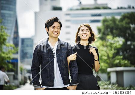 一對夫婦在城市散步 26388884