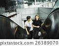 一对夫妇骑自动扶梯 26389070