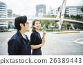 一對夫婦在城市散步 26389443