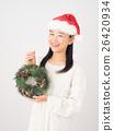 ผู้หญิงกับพวงหรีดคริสต์มาส 26420934