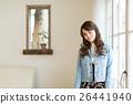 หญิงสาวคนหนึ่งยืนอยู่ที่หน้าต่างด้านข้าง 26441940