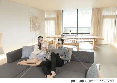거실에서 휴식 남녀 26521747