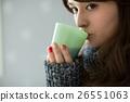 커피를 마시는 젊은 여성 26551063